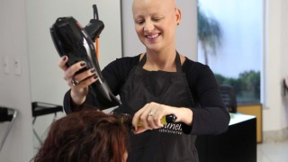 Ausência de cabelos diferencia a cabeleireira Tatianna Bruneli