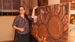 Artista uberlandense tira da terra tons inovadores para obras