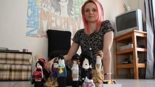 De bairro em bairro: artesã faz bonecas de pano para adultos