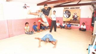 Jovens de baixa renda aprendem a disciplina através do kung fu